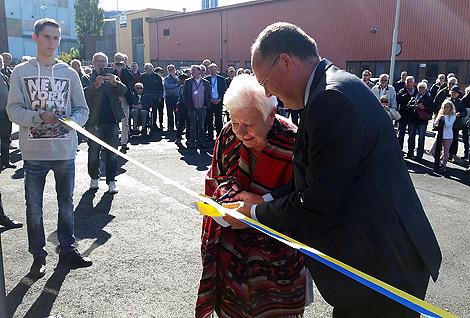 Kommunstyrelsens ordförande Torkild Strandberg (FP) invigde såväl Enercon som verkstadsskolan. Till sin hjälp på den senare hade han kommunalråd Birgitta Persson (M)