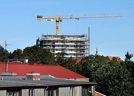 Västerpark har nått sina tolv våningar och fina dagar ser man bron i söder och Helsingör i norr, Här gör två elever från bygg - och anläggningsprogrammet sin praktik. Andra som gått utbildningen jobbar nu i huset eller i fastigheter på byggen runtomkring i stan.