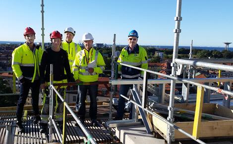 Varje dag jobbar 25-30 byggarbetare på Västerpark med att uppföra stadens högsta hus. Till höger står platschef Ingvar Andersson från MVB och han tar gärna emot praktikanter från bygg - och anläggningsprogrammet på Selma Lagerlöfsgymnasiet. Två av dessa är Waleed Kareem och Oskar Klingberg till vänster. I mitten står lärarna Ulf Bengtsson och Mikael Persson.
