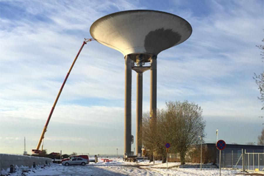 Inspektionen av vattentornet är i sitt slutskede. Foto: Kurt Hultqvist .