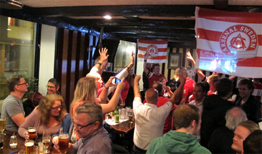"""Glad och god stämning när stadens fans av engelsk fotboll firar """"Boxing Day"""" tillsammans."""