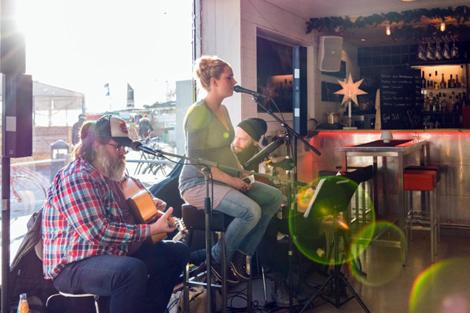 Musikunderhållning i baren på Pumphuset.