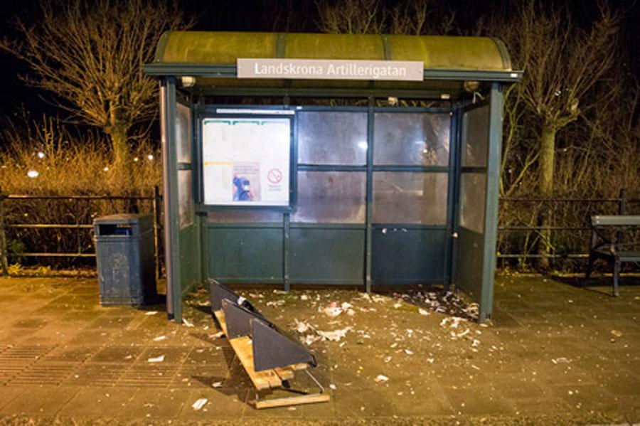 Förödelsen blev stor när någon avfyrade någon typ av sprängladdning i en busskur på Eriksgatan. Foto: André Tajti, AT-Foto.se