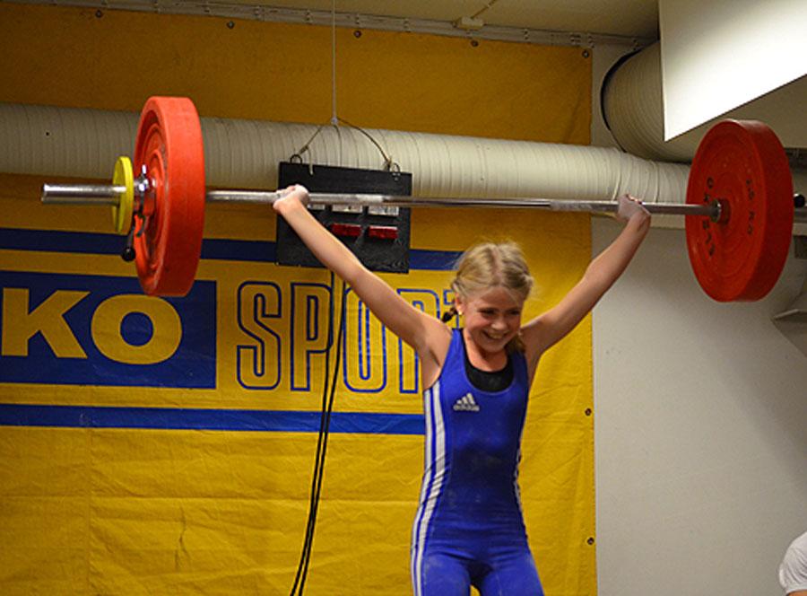 Hanna Brodin rycker nytt personligt rekord på 28 kg. Foto: Marie Brodin.