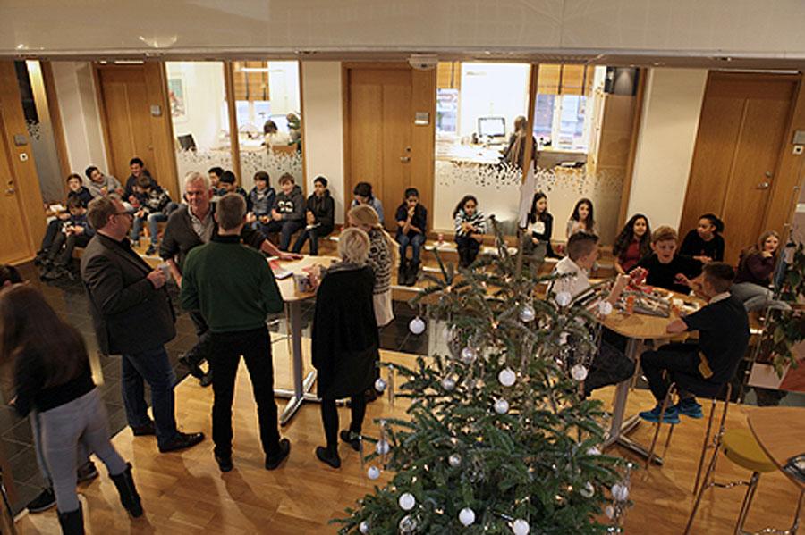 HSB Landskrona bjöd på onsdagen elever och lärare från Albanoskolan på fika som tack för gott samarbete. Foto: Jonas Skelterwijk