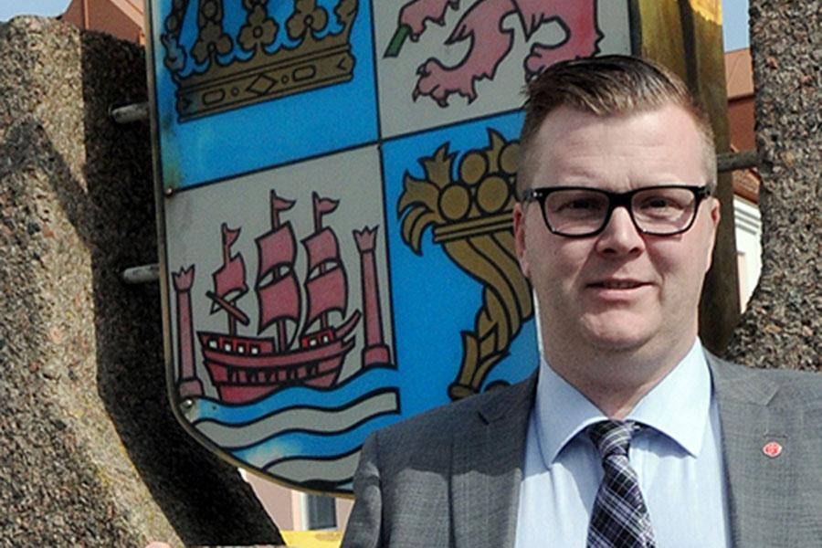 Jonas Esbjörnsson (S) ställer frågor kring kommunala fastighetsköp.
