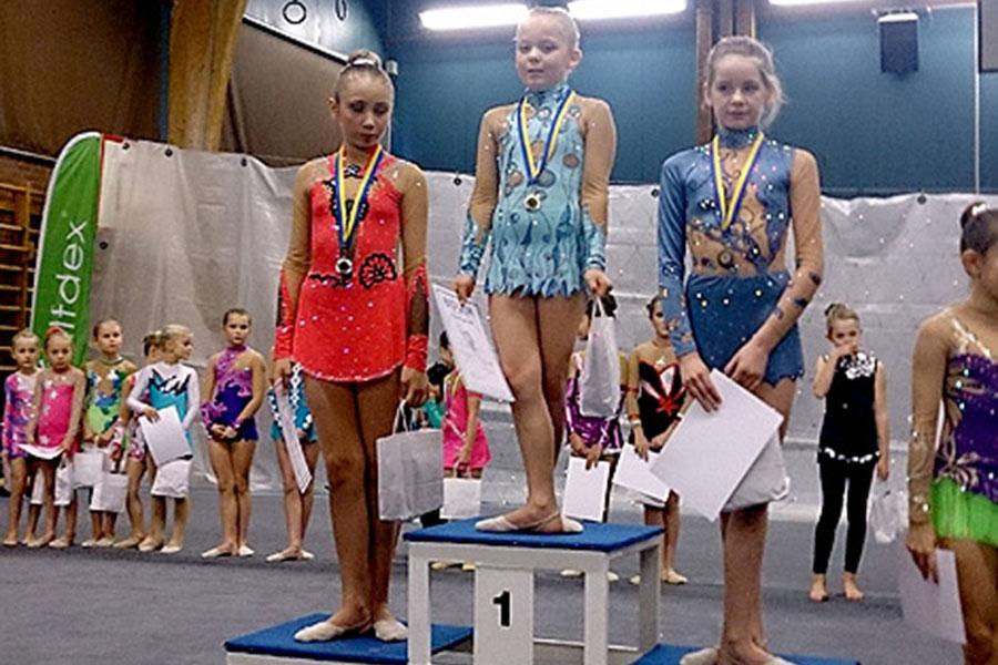 Linnea Larsson står överst på pallen och Sanna Agic kom på andra plats då medaljerna i miniorfinalen delades ut.  Foto: Privat
