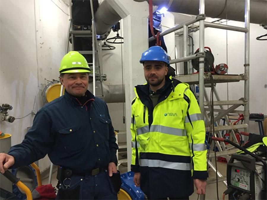 Jan Olsson och Predrag Stajic på NSVA i Landskrona nya vattentorn, inför installering av UV-ljusaggregat. Foto: NSVA.