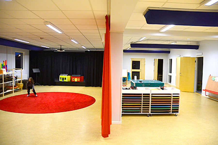 Lokalerna är ljusa och väl tilltagna. I det som kallas salongen finns, förutom två scener, en ateljéavdelning, en berättarhörna och gott om utrymme för dans och lek.