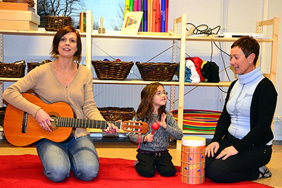 Eleven Fatima Fatma sjunger den egna Plantansången tillsammans med förskolelärare Therése Jägerman och barnskötare Annika Ledin.