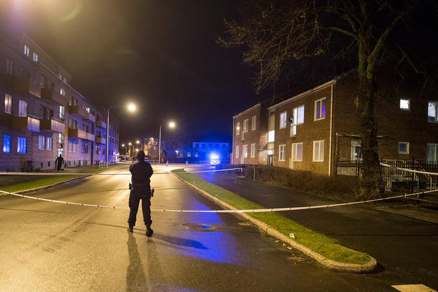 Den skottskadade mannen kördes sedan till korsningen av S:t Olofsgatan och Regeringsgatan där sjukvårdspersonal tog hand om honom. Foto: André Tajti, AT-Foto.se