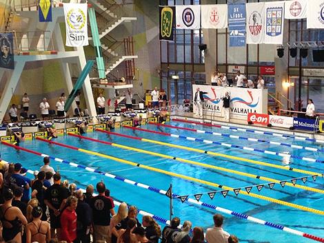 Ytterst ansvarig för tävlingarna var Andreas Andersson Ekström som syns i nederkant till vänster vid domarpodiet. Foto: Privat. Läs mer: 24-åring leder landets största simtävling