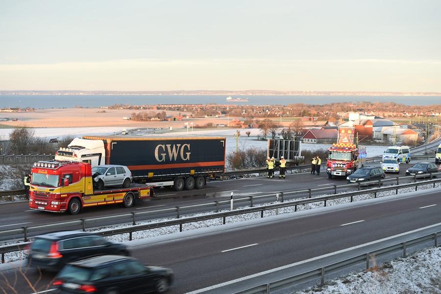 En trafikolycka på E6 i höjd med Glumslöv gjorde att motorvägen fick stängas av i södergående körriktning.