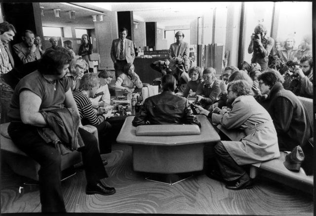 Helsingfors april 1976. David  Bowie med ryggen mot kameran. Lennart Andersson längst bak. Foto: okänd