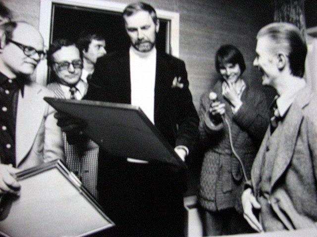 Utdelning av Guldskivor i Stockholm skedde på ett rum på Sheraton dagen före konserten i Tenninshallen. På bilden Lennart Andersson med famnen full av Guldskivor, Lars von Berlepsch, Klas Burling, båda medarbetare på Electra/RCA. Bolagets VD Hans-Ove Eriksson som utdelare, okänd radiojournalist samt David Bowie själv.
