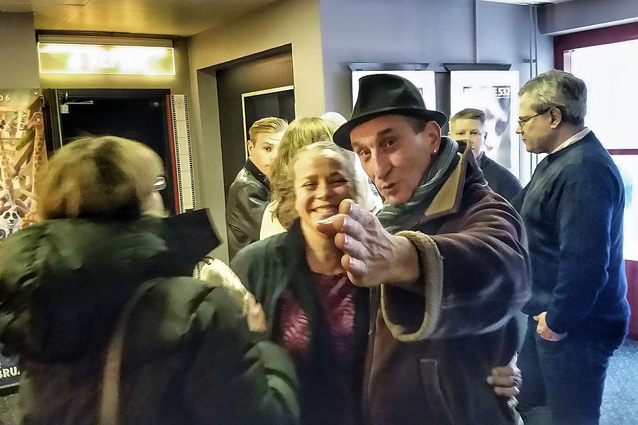 """Milan Dragisic, här tillsammans med filmens producent China Åhlander, tar ut riktningen mot nya mål. Redan till helgen bär det av till Göteborgs Filmfestival för världspremiären av """"Min faster från Sarajevo""""."""