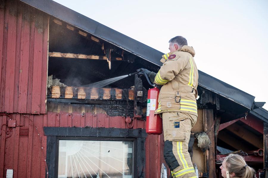 Strax innan branden på Viarps flygfält larmades räddningstjänsten i Landskrona till en brand i Lindhs hamn. Det var väktare som upptäckte och larmade om branden. När räddningstjänsten kom fram brann det på altanen och i fasaden i klubbstugan. Platsen har nu spärrats av i väntan på en teknisk undersökning. Foto: André Tajti at-foto.se.
