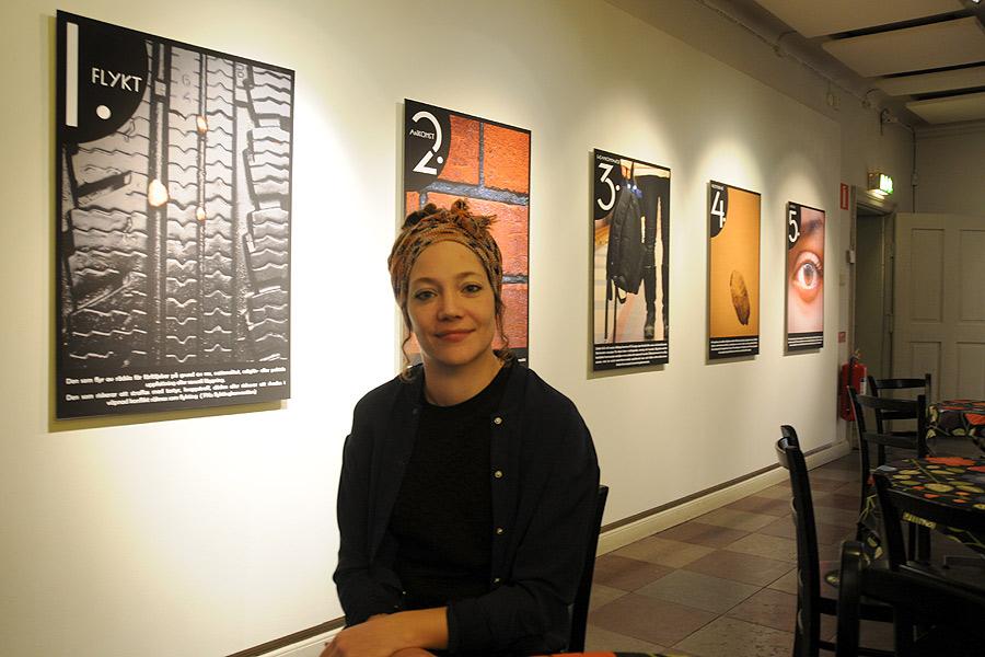 Nina Petersson är antikvarie på museet och hon har tagit reda på hur ett asylärende går till. Resultatet blev en, just nu pågående utställning på museet som heter Fristad.
