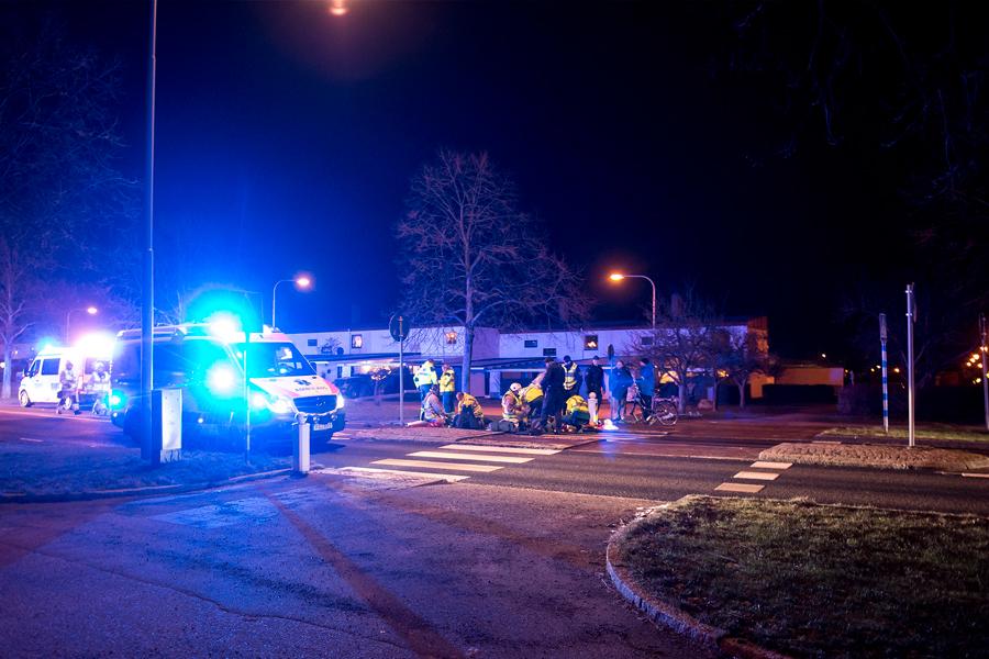 Flera polispatruller, ambulans och räddningstjänst var snabbt på plats då två personer blev påkörda av en polisbil på Hälsningborgsvägen på onsdagskvällen.