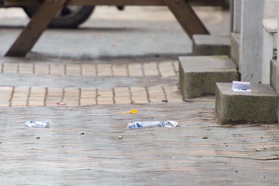 Skarpa patroner såväl som tomhylsor fanns på trottoaren efter skottlossningen.