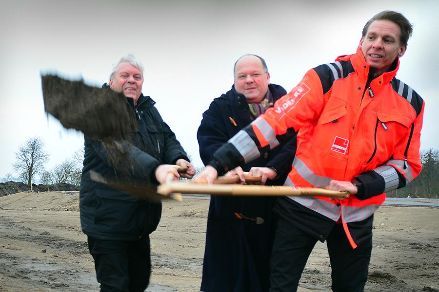 Det första spadtaget på Strandbyn togs av Nils Jönsson, en av husköparna samt Torkild Strandberg och Tony Petäjä.