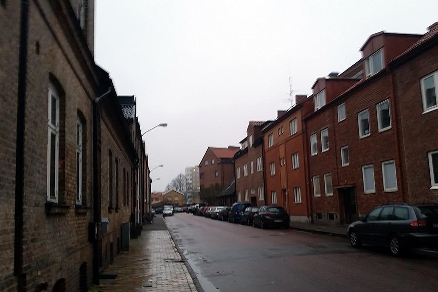 Ett stilla duggregn föll över Tränggatan på onsdagsmorgonen. Inga spår efter nattens sprängdåd syntes till.