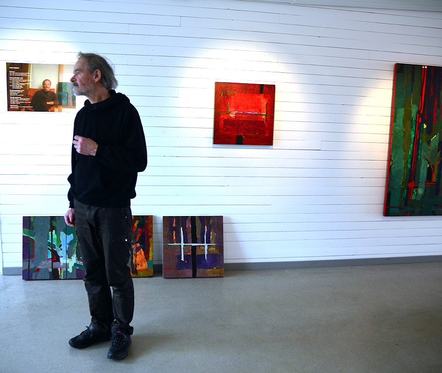 Hängningen av en utställning kan göra Arne Persson sömnlös men på Pumphuset gick det galant.