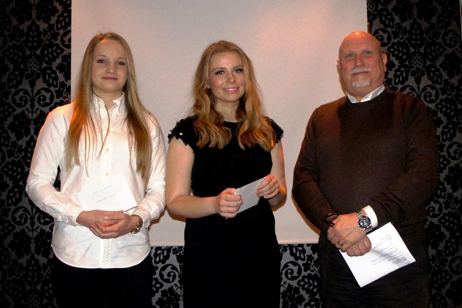 Stipendiaterna Malin Wiik och Fredrika Wiberg samt Landskrona Tekniska Förenings ordförande Ernö Nyoszoli. Foto: Ronnie Persson