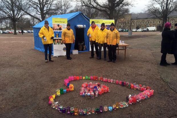 Glada medarbetare från välgörenhetsorganisationen Lions framför ett av sina katastroftält.