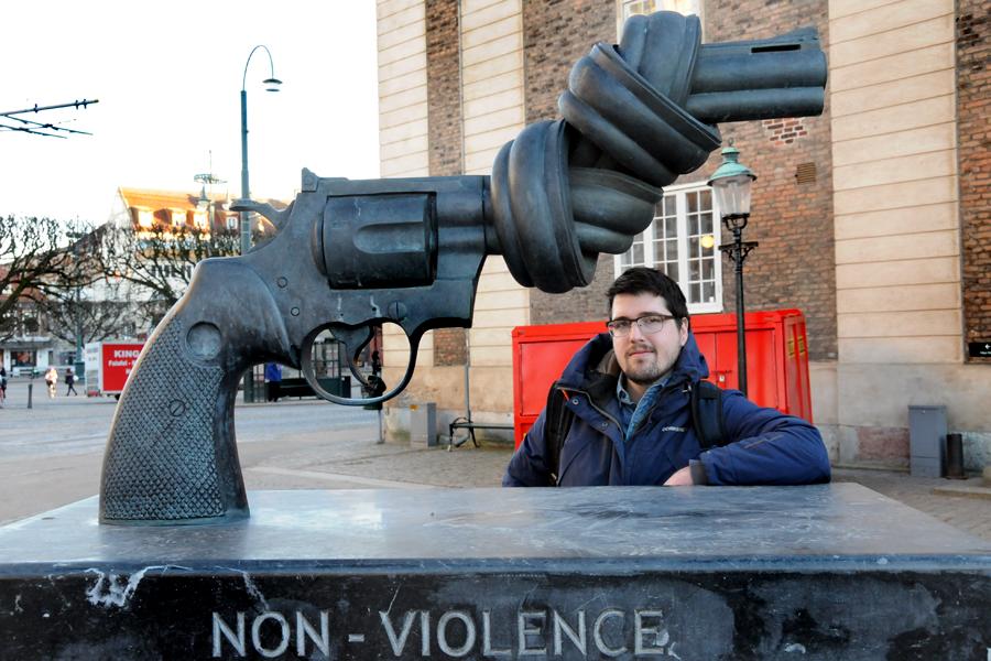 Simon Vandetta vid Carl-Fredrik Reuterswärds Non Violence revolver i Landskrona.