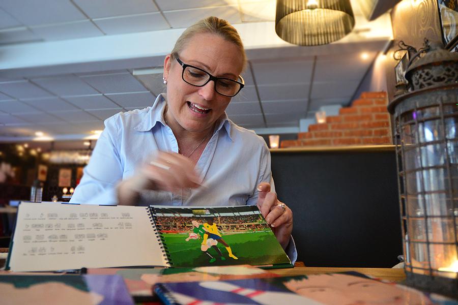 """Till boken """"Linus går på fotboll"""" tvingades Ann att anlita vänskapskretsen för research, då just fotboll inte är hennes starkaste sida. Moa och Linus- böckerna har laminerade sidor för lång hållbarhet samt hårda pärmar och är spiralbundna.  - Det är kostsamt, men en viktig del i böckerna, säger Ann Gomér."""