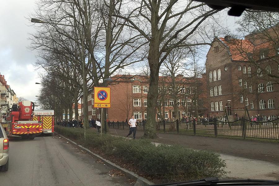 För en kort stund rådde kaos utanför Dammhagskolan då någon tänt eld på en lövhög. Foto: Kurt Hultqvist.