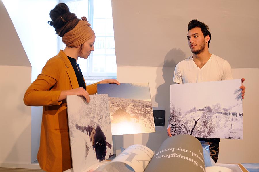 Nina Pettersson och Labib Alsalem diskuterar den senares bilder från flykten.