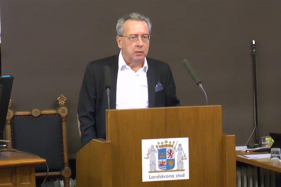 Landskronahems ordförande Kenneth Håkansson svarar på en interpellation ställd av Niklas Karlsson (S). Foto: Skärmdump från webbsändning