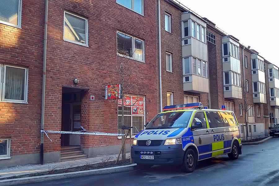 I detta gattet på Brocksgatan fann polisen enskottskadad man sent på fredagskvällen. Mannens liv gick inte att rädda.