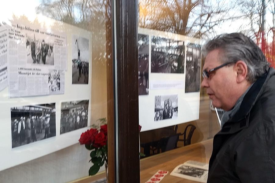 Ulf Nerhult stannar till och tittar på utställningen.