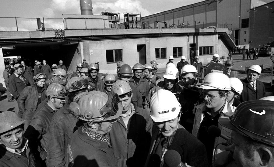Olof Palme talar med varvsarbetarna...