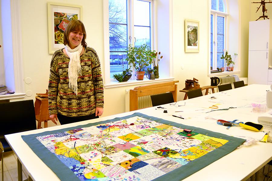 Hemslöjdskonsulent Camilla Höst har precis lagt sista tråden på den gemensamma Skånekartan som nu visas på biblioteket.