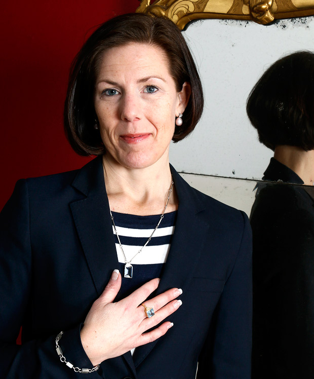 Anna Rodman är VD på Skånes Auktionsverk och hon visar här upp ett flertal smycken gjorda av Wiwen Nilsson.