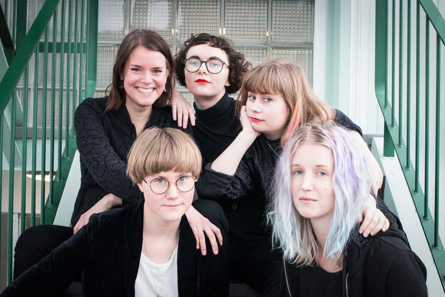 På väg till Littfest i Umeå. Bakre raden fr. vänster Karin Paul, Malin Fjellborg, Maja Strömberg. Främre raden, Josefin Brodell, Sanne Jönsson.