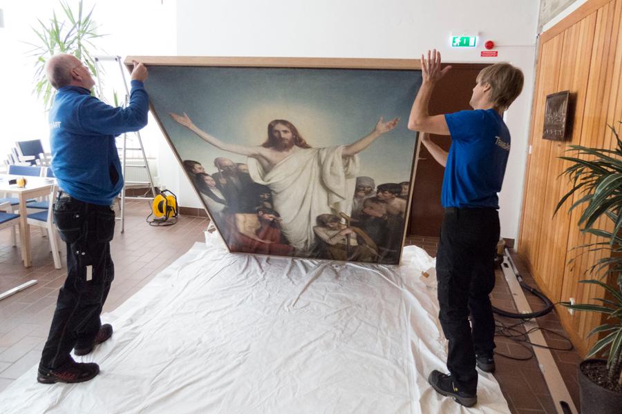 Altartavlan packas upp av Göran och Simon från TransArt