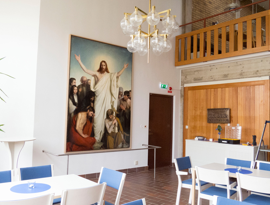 Färdigt! Christos consolator av konstprofessorn Carl Bloch hänger nu på plats i församlingshemmets café-del – väl larmad med en liten avspärrning vid foten.