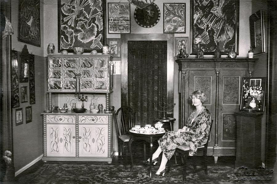 Nell Walden i sin lägenhet med sina egna verk på väggen, okänt år. Foto från: Staatsbibliothek zu Berlin