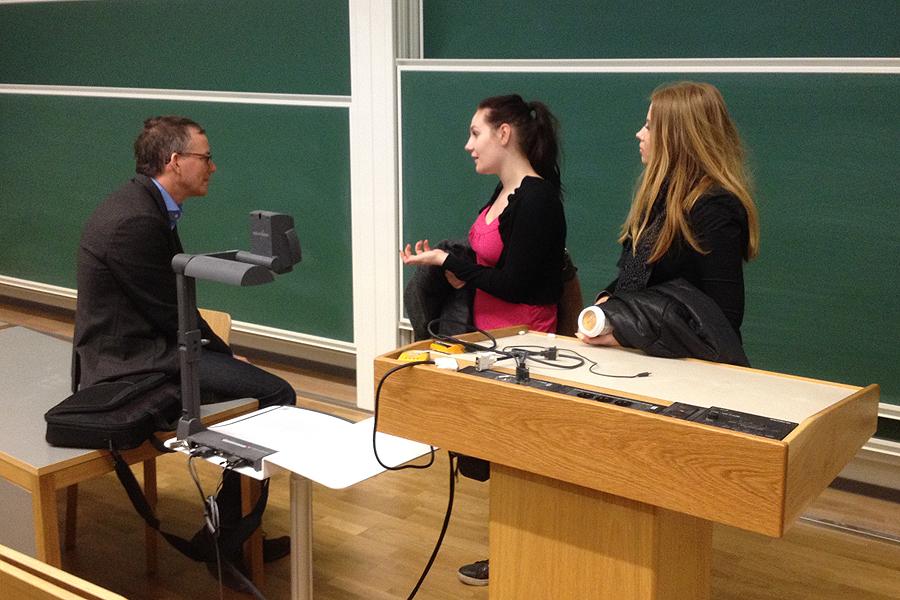 Ulf Ellervik, professor i organisk kemi vid LTH besvarar frågor från Anna Clara Sarvell och Fredrika Viberg