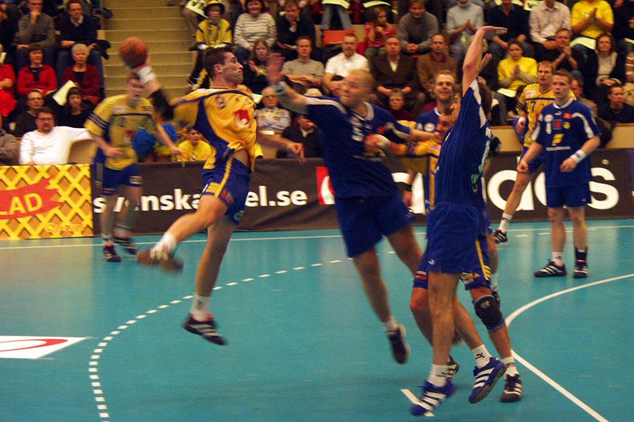 Sveriges vänsternia Stefan Lövgren stänker in en boll till drygt 2000 åskådares förtjusning. Fullsatt i Landskrona idrottshall när Bengan Boys gästade.