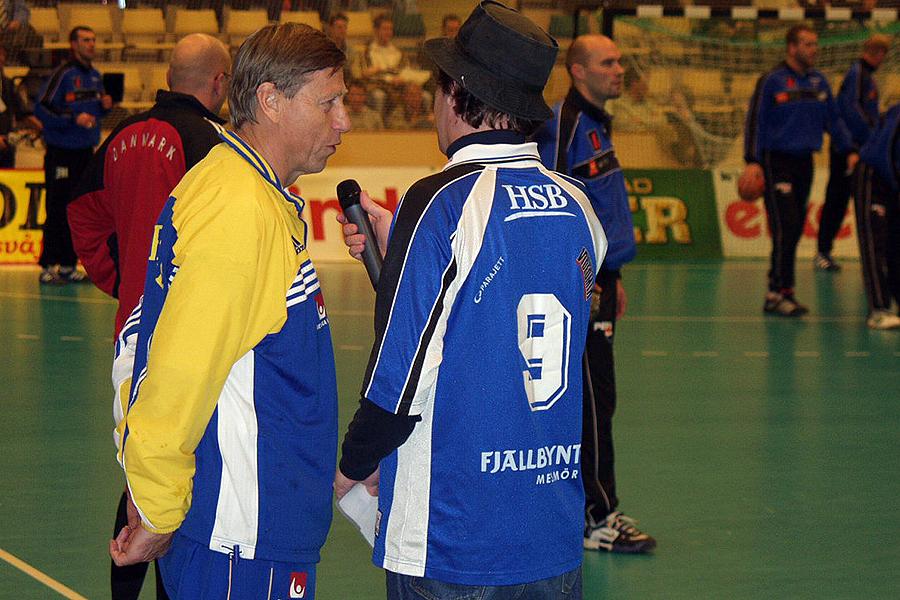 """Roland """"Stolle"""" Telin och Bengt Johansson såg till att den stora handbollspubliken i Landskrona trivdes innan match."""