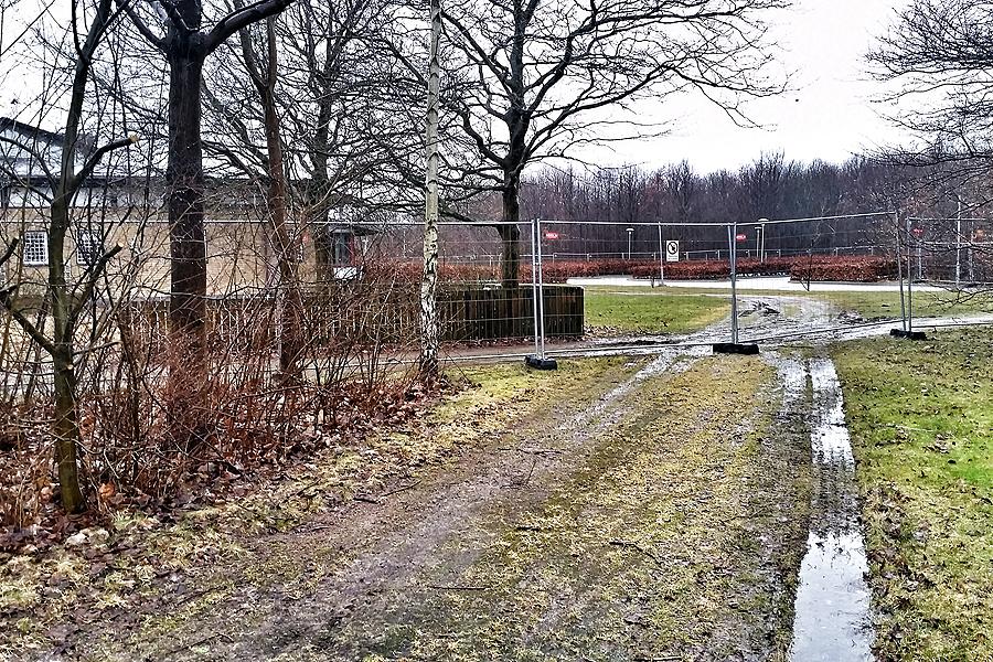Den nya stadsgatan ska knyta an vid Idrottsvägen i höjd med den norra delen av gamla Gullstrandskolan som  förövrigt snart kommer att rivas.