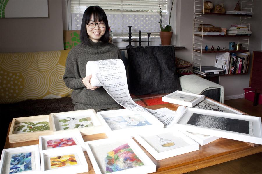 Kiwa Saito visar upp hur hon broderat sina dagboksanteckningar på linnetyg.