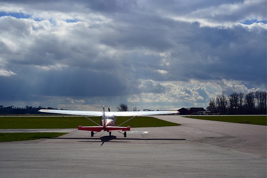 Det var här på  Enoch Thulins flygplats i Viarp som planet från Holland landade på onsdagen.