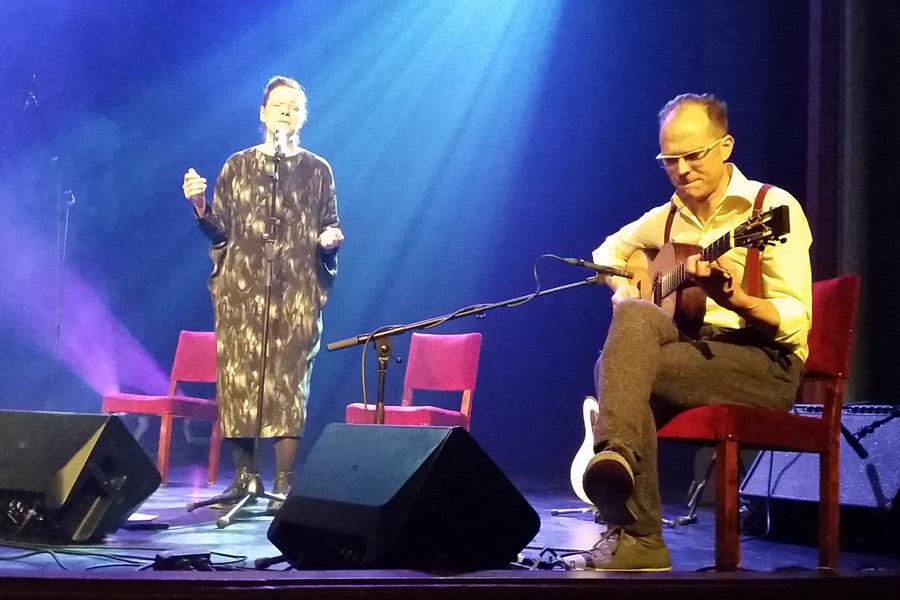 Lina Nyberg och gitarristen David Stackenäs har arbetat tillsammans länge och det märktes. Den musikaliska kemi som uppstod mellan de båda på Landskrona Teater på onsdagen var magnifik.
